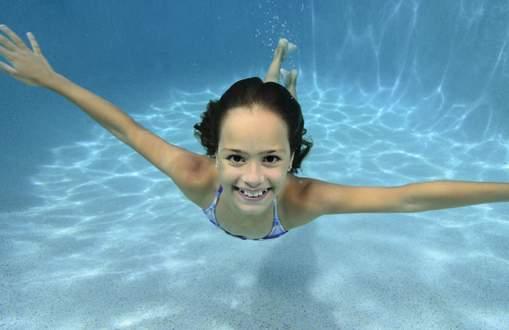 Junior_female_swimming_underwater.jpg