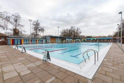 Facilities at london fields lido hackney better for Outdoor pool london
